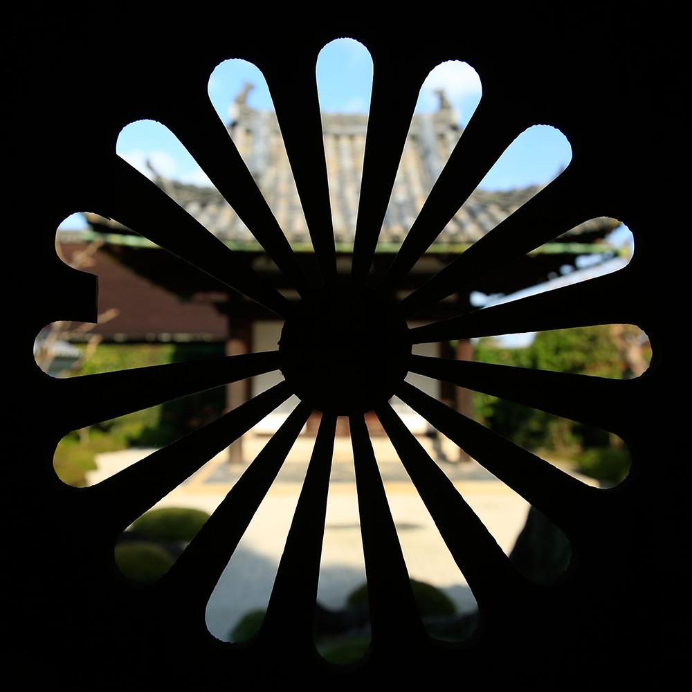 一休禅師の墓。現在は宮内庁が御陵墓として管理しており、門扉に菊花の紋があります。