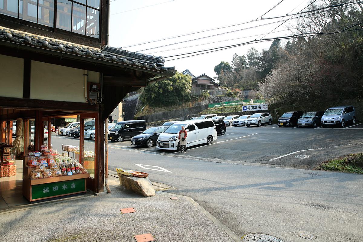 福田本店駐車場。1日700円です。満開の時は大混雑。