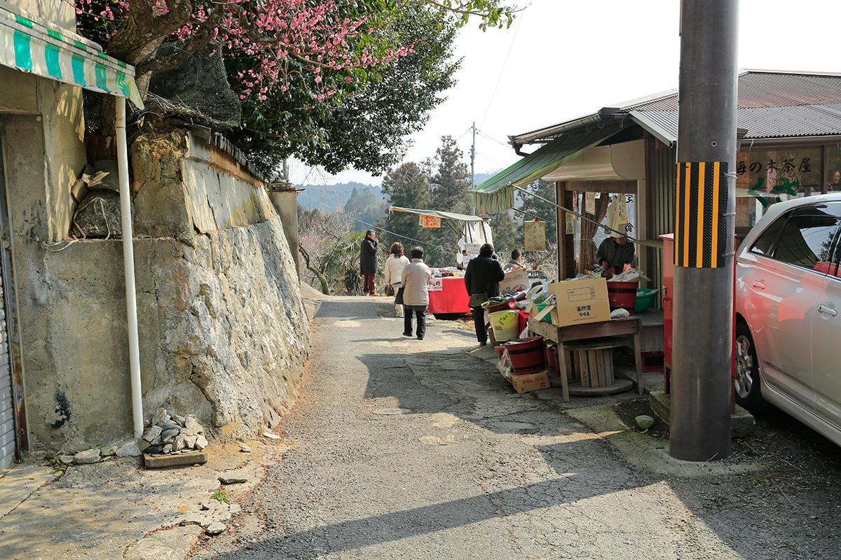 干し柿を売る店がありますが、常連さんも多いようで、人が少ない中、立ち寄る人が多かったです。