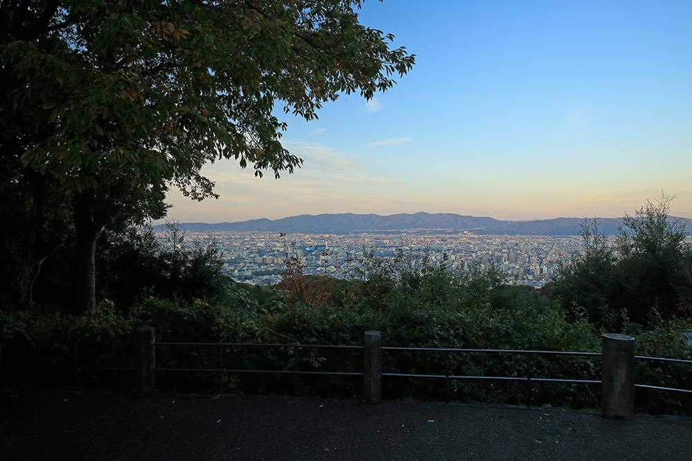 東山山頂公園には、見晴らし台がいくつかあります。ここからは京都タワーや二条城が確認できます。