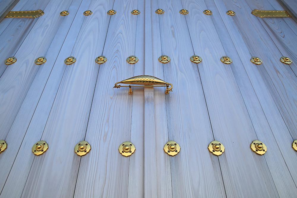 青龍殿の扉の一部。真ん中の飾り物がルアーみたいですね。