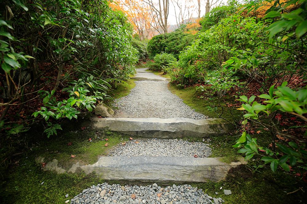 足元に敷かれた石にも変化があり、飽きさせません。