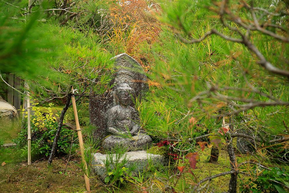 庭園内のほとんどの石仏は目立たない所に置かれ、そっと見守ってくれている優しさを感じました。
