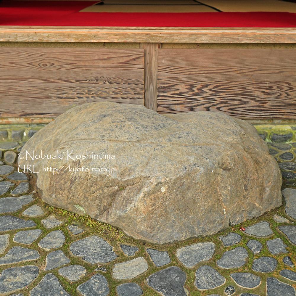 縁側に置かれた存在感のある石。お子さんやご年配の方にはちょうどいい高さの踏み台。
