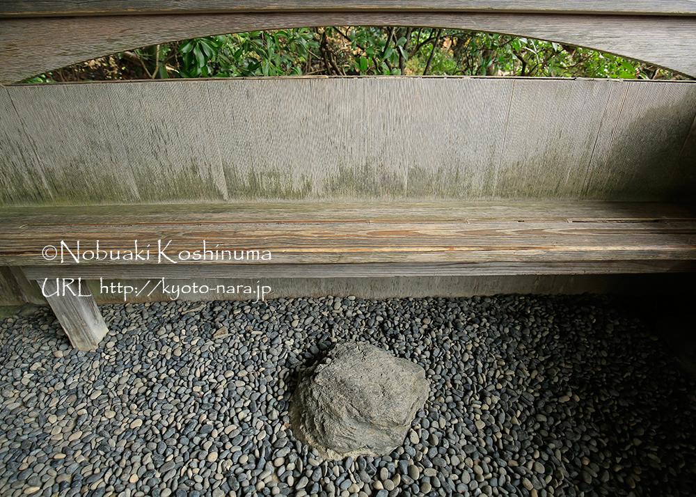 休憩所「月香」のベンチ。わかりにくいですが、座る場所の木板の真ん中に竹一本が組み込まれています。