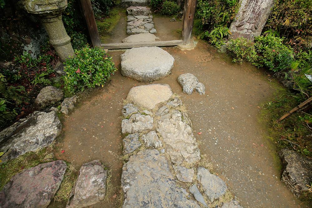 足元に敷かれた石も趣きのあるものばかり。