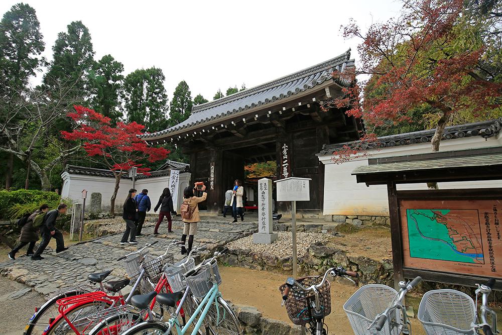 二尊院の総門。京都市指定文化財となっています。