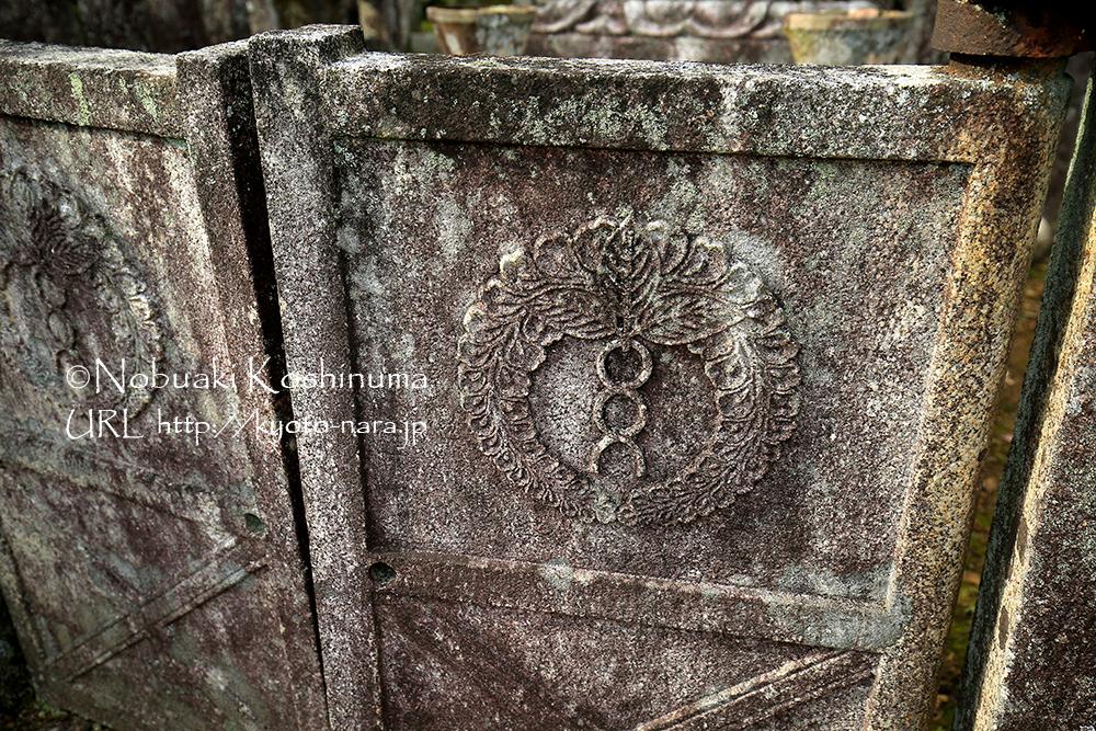 扉にも彫りがあり、立派なお墓でした。