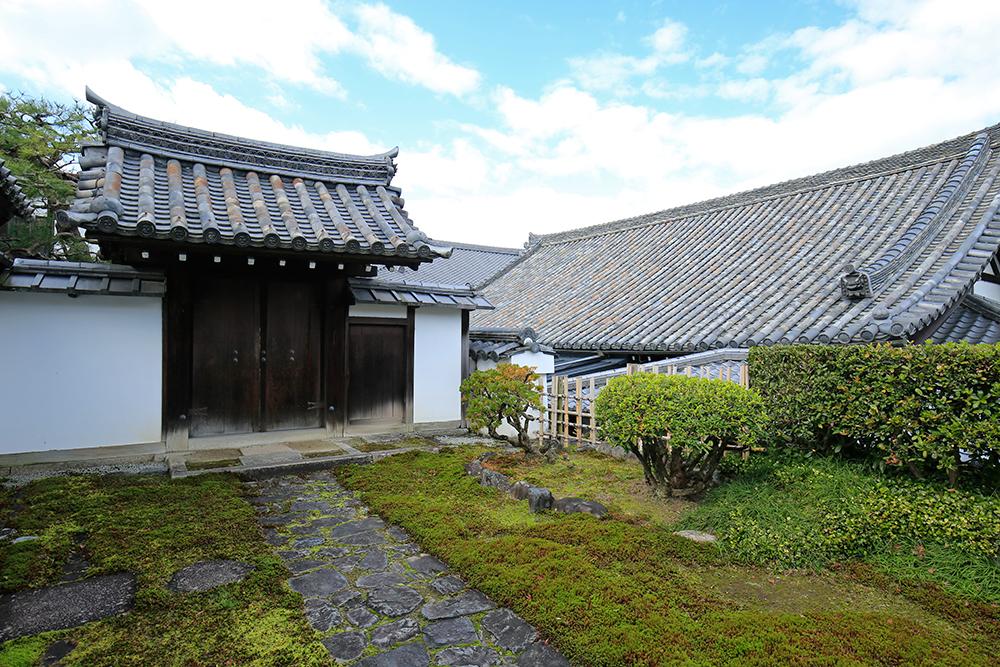 重要文化財の養林庵書院。奥の屋根は浄土院です。