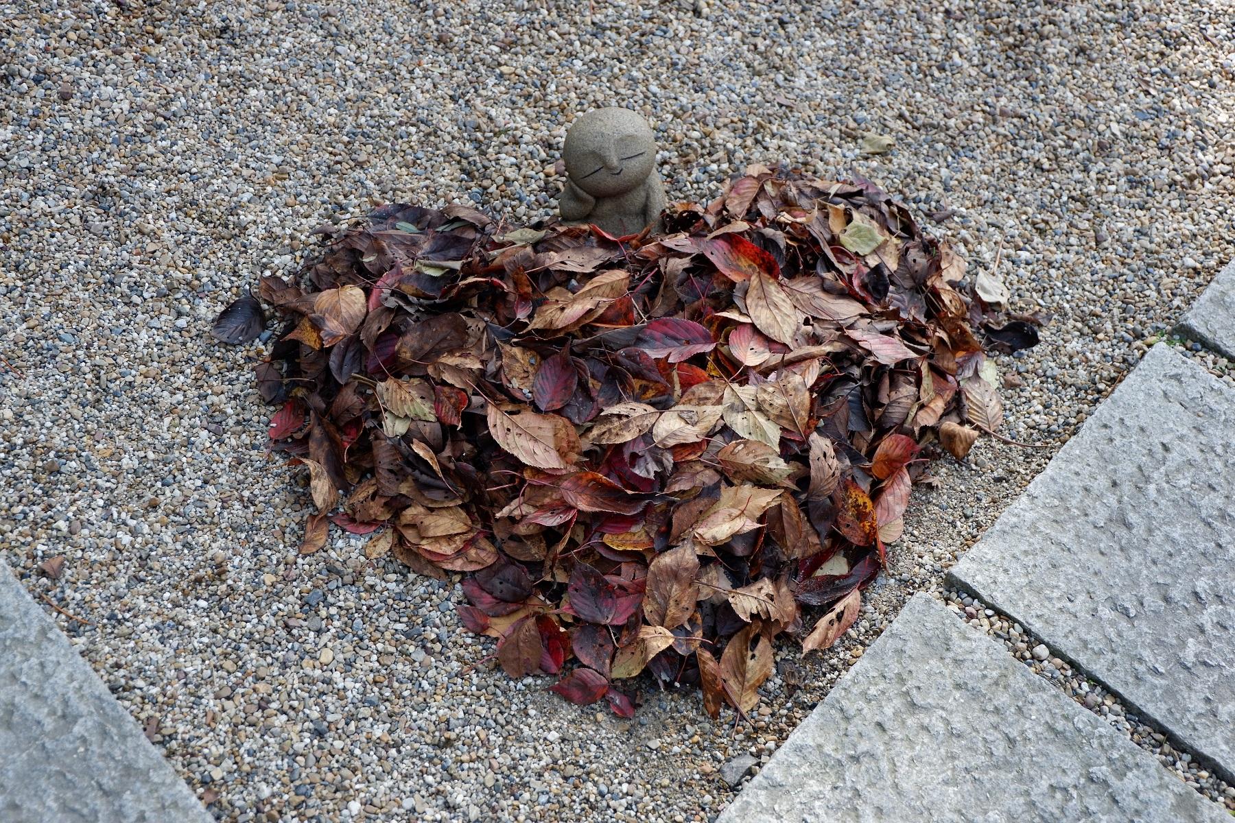 落ち葉もハート型に置かれ、その中にお地蔵さんが!!
