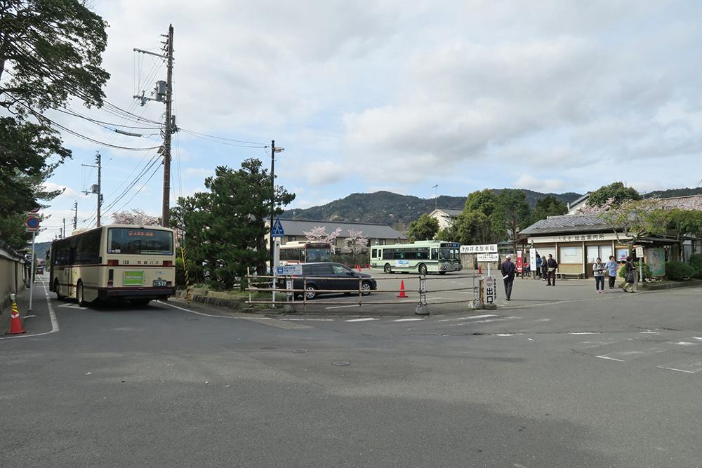 大覚寺の道を挟んだ門前にある駐車場。バスの発着もあり便利です。