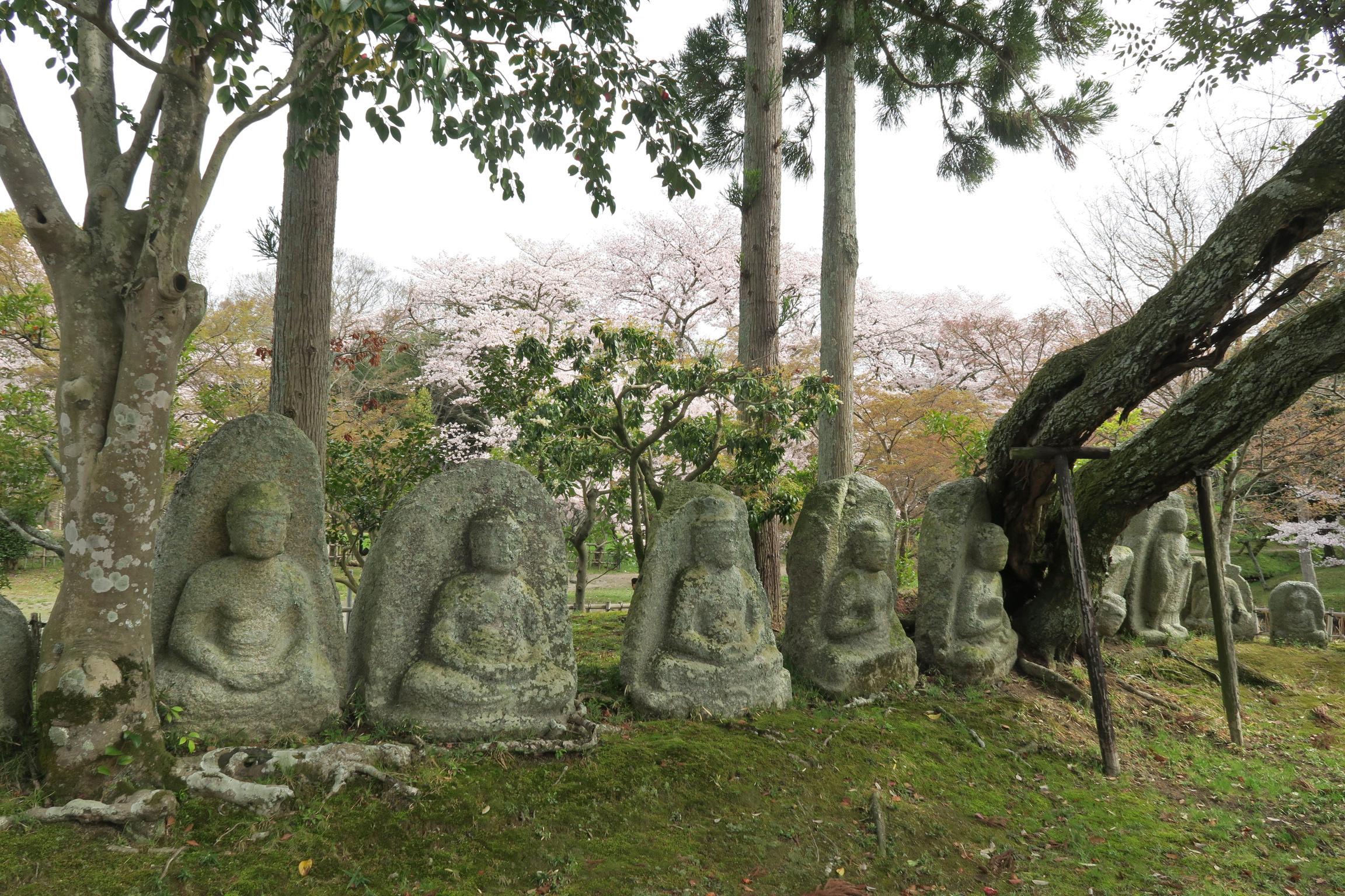 大沢池にある石仏群。大きいもので高さ120cmほどあります。