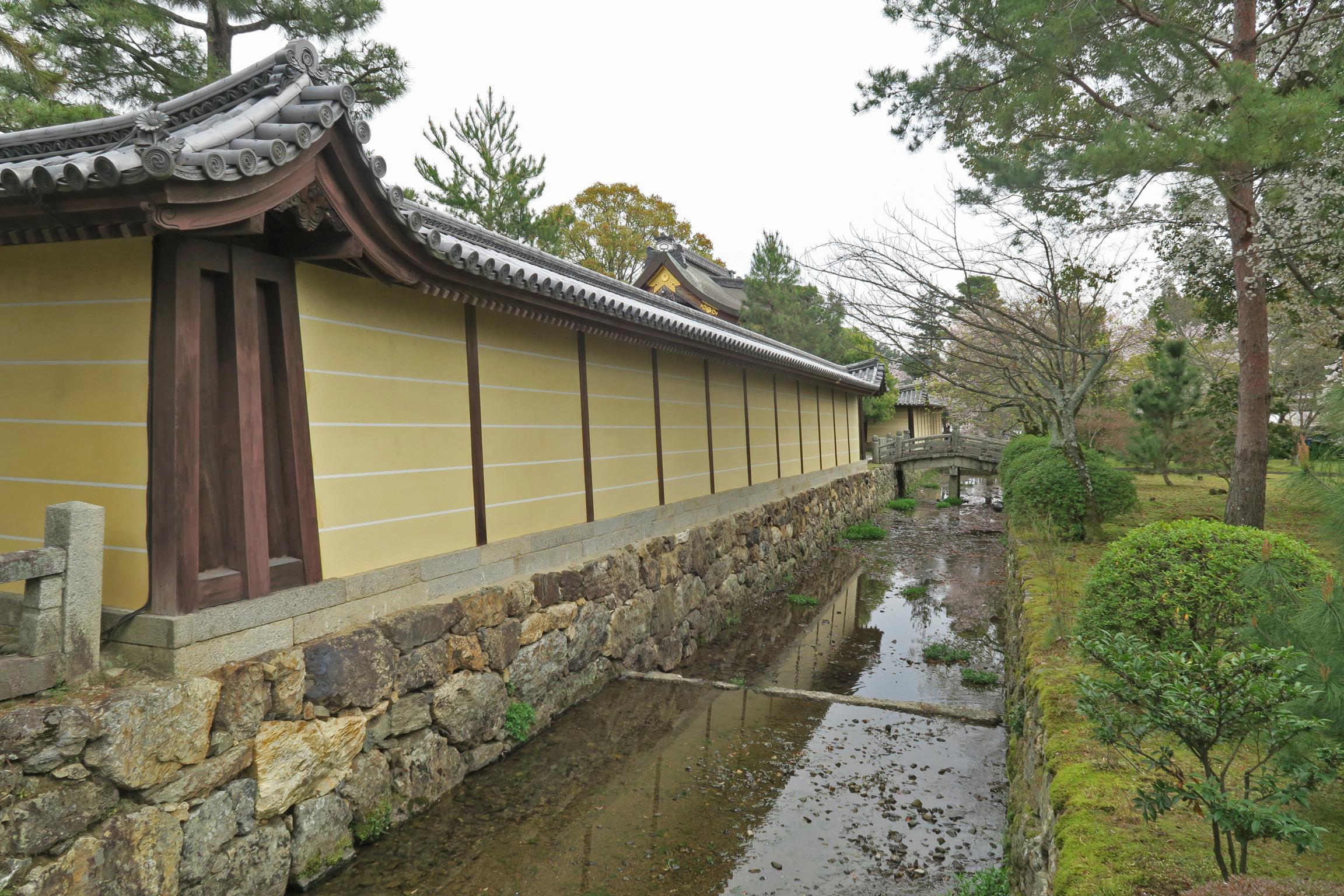 大覚寺は門跡寺院なので、塀には五本の線が入っています。これは一番高い格式を示すものです。