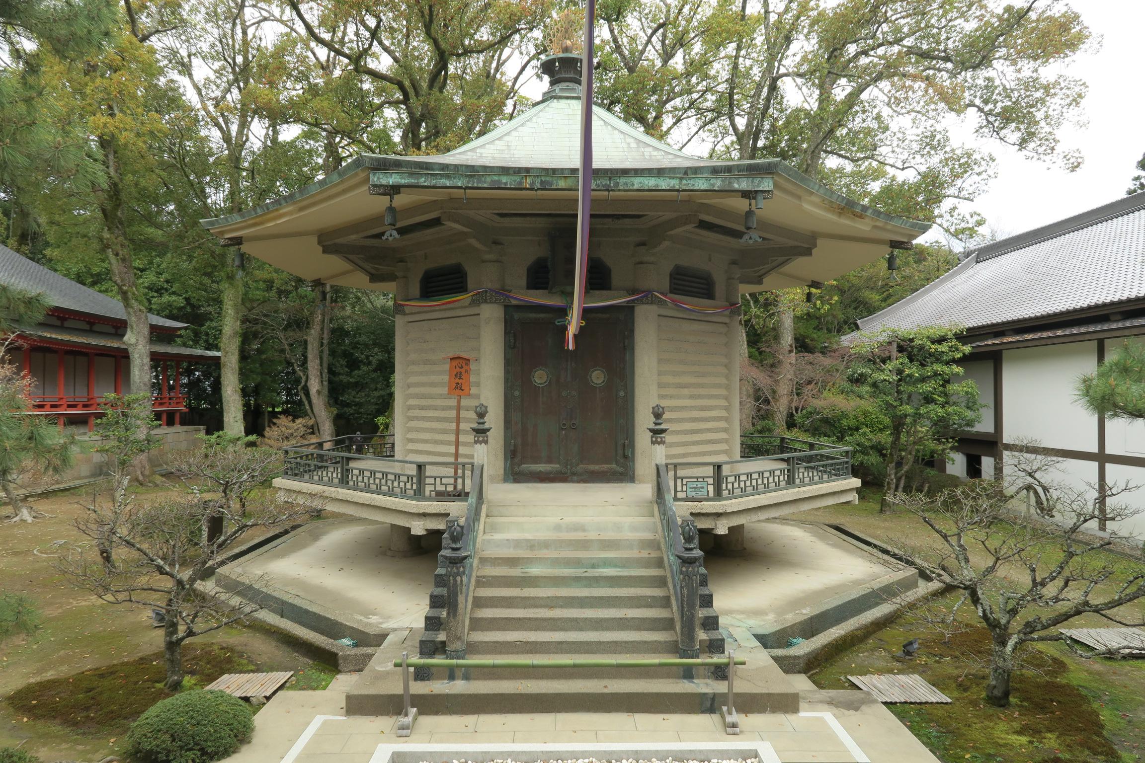 法隆寺の夢殿を模して再建した勅封心経殿。