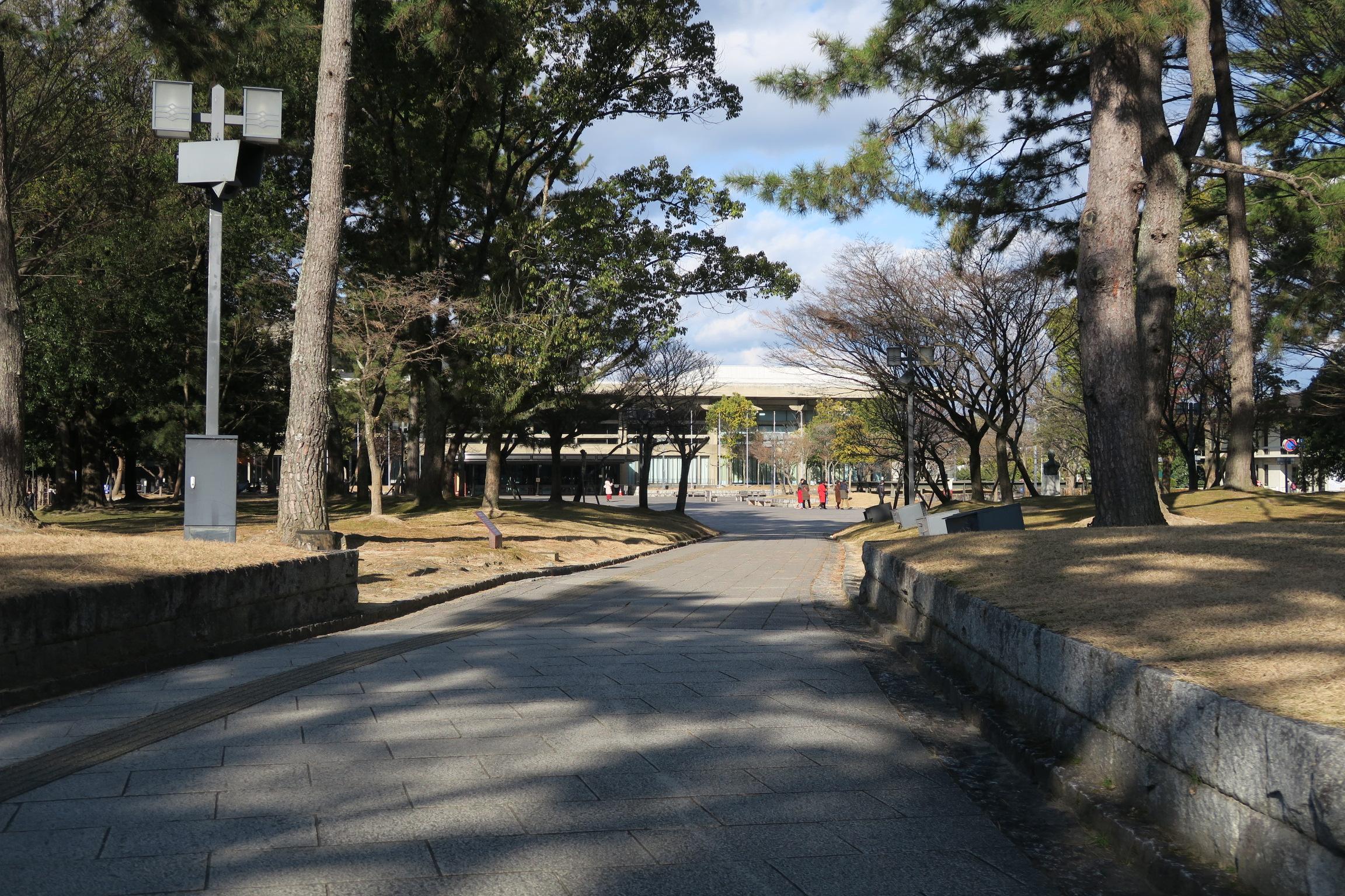 奈良県文化会館の案内版を曲がっていきます。奥の右手に奈良県立美術館があります。