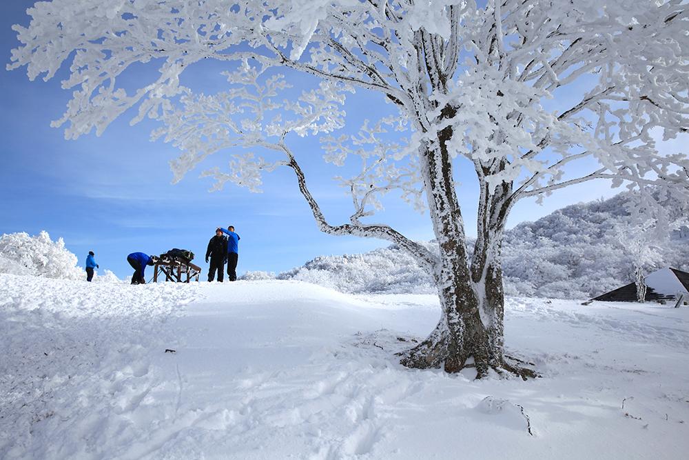 下山しようとしていた他の登山者たちも、しばらく青空を楽しんでました。写真8枚目と比較してみて下さい!