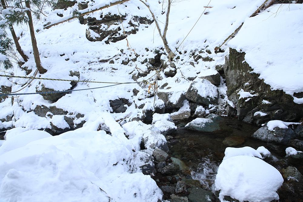 2つ目の渡渉。雪解け時は増水します。カメラを持参しているので渡るとき緊張します。。。