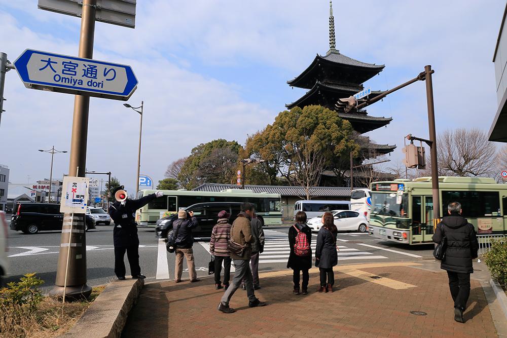 東寺・五重塔前交差点。交通整理がされていたので、東門に向かいます。