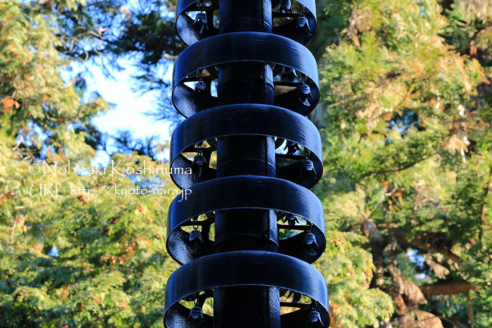 五重塔の屋根に乗る相輪(そうりん)。相輪の重量で屋根を抑える役目もあります。
