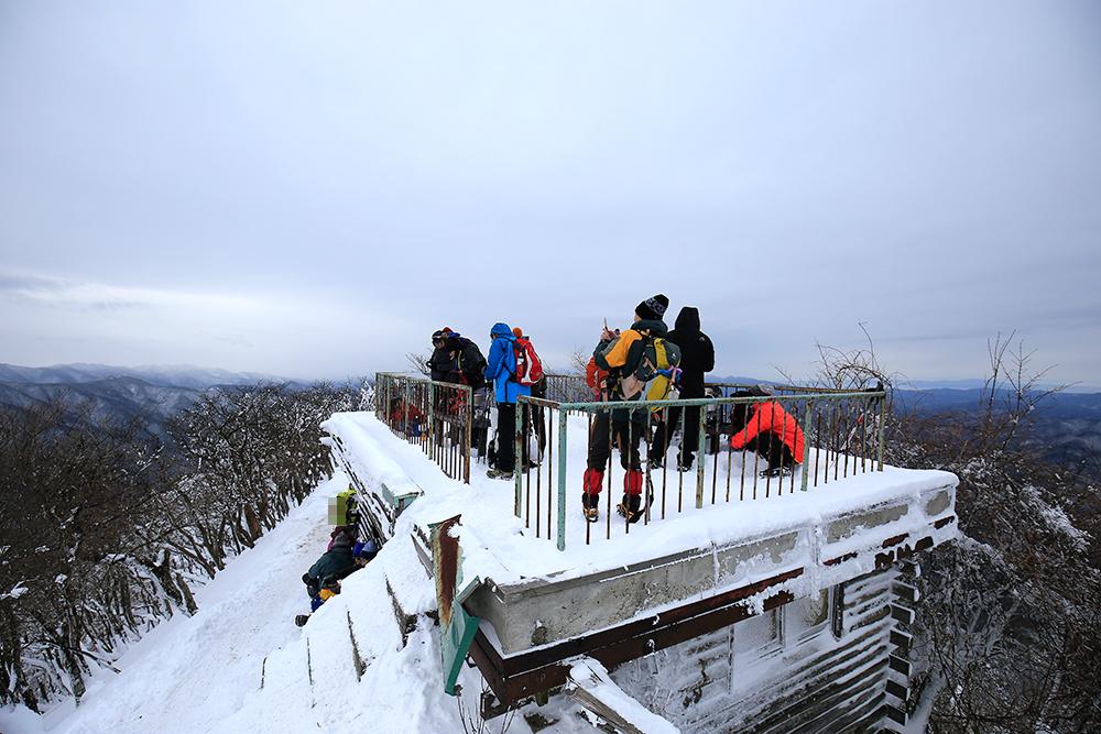 風も弱めだったので、山小屋の展望台でお昼を食べている人もいました。