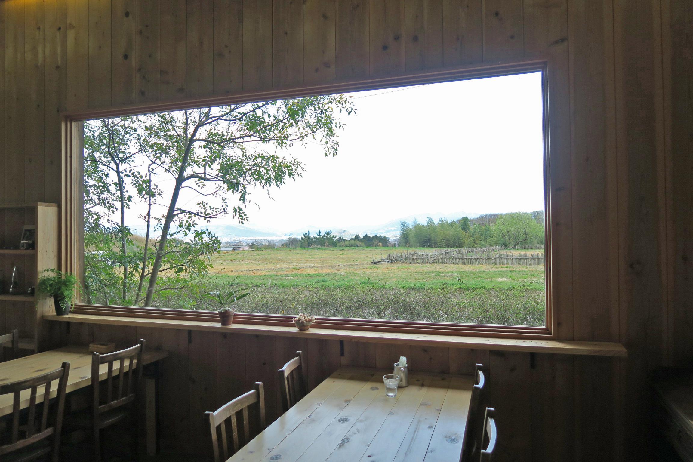 大きな窓が印象的でした。絵画のような風景で、のんびりできます。