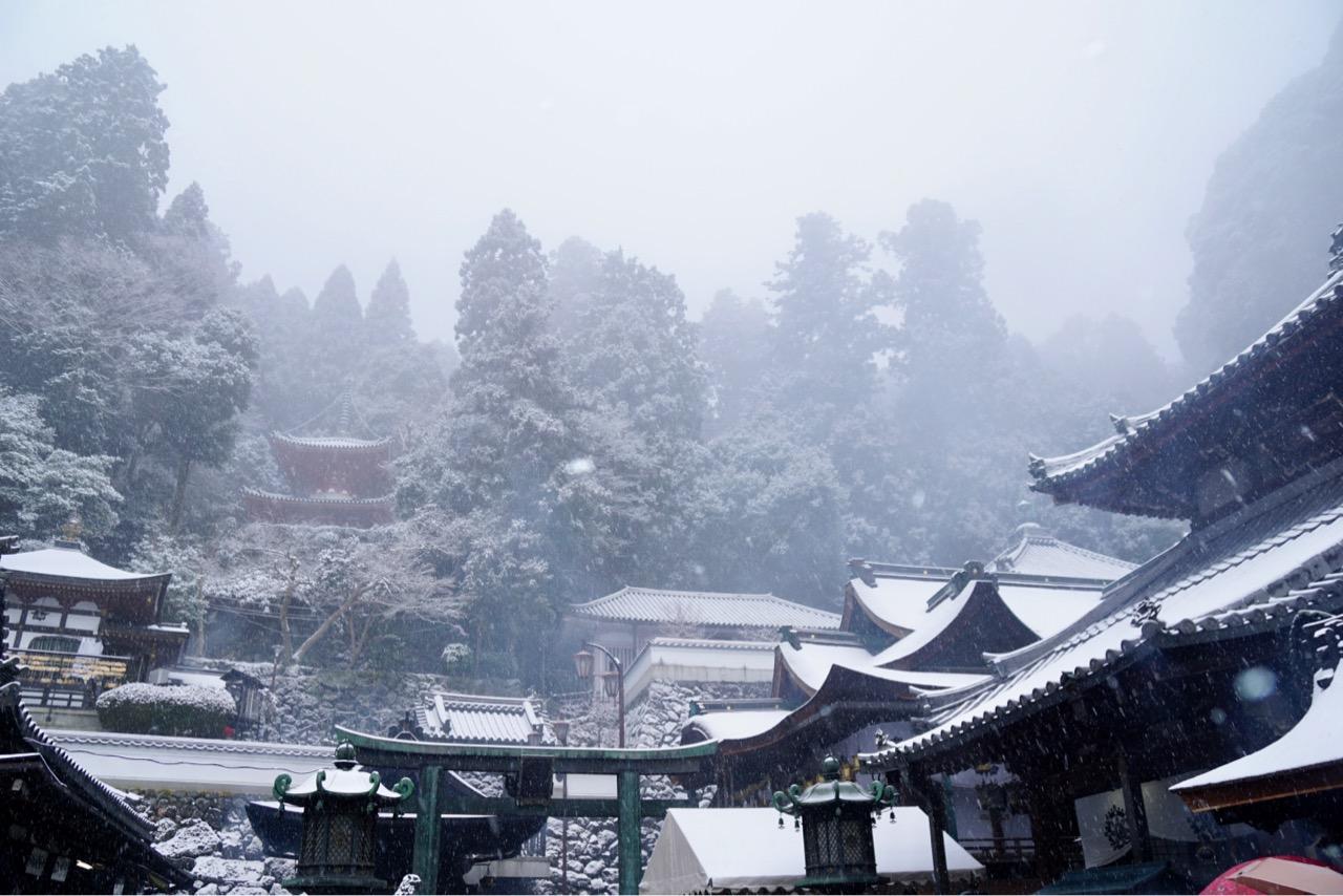 生駒山の斜面に立つ宝山寺。重なった屋根が美しい境内です。