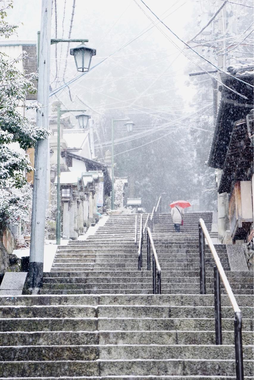参道には旅館が立ち並び雪が似合います。