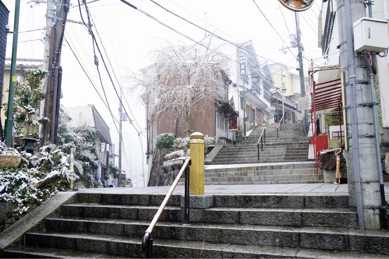 右は宝山寺へ、左は暗峠へ行くことができます。