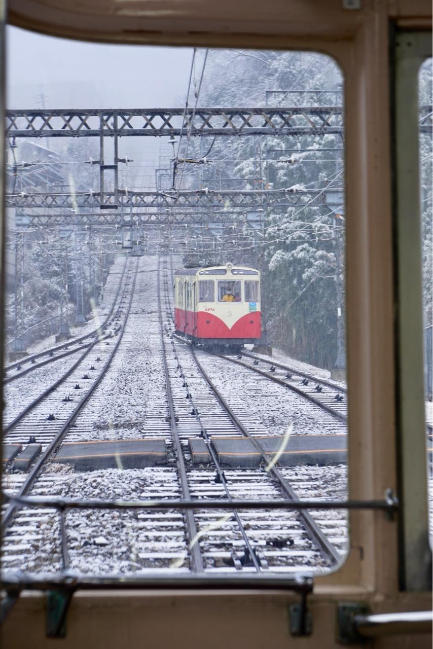 宝山寺駅までは2本線路があります。生駒山上へは宝山寺で乗り換えです。
