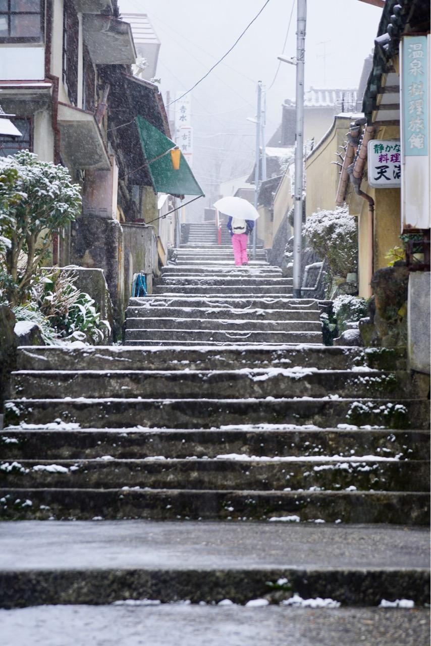 宝山寺へ向かう石段です。とても雰囲気があります。
