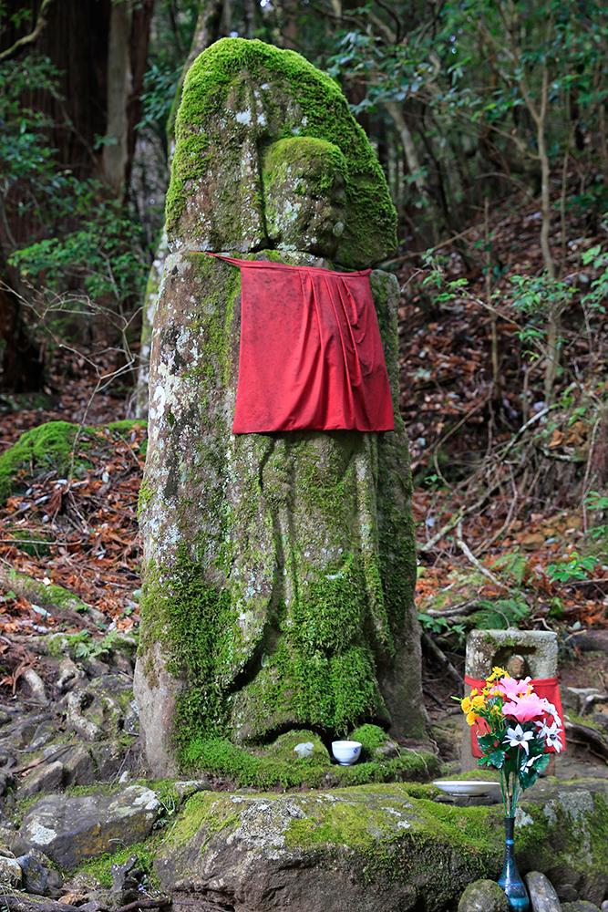 首切地蔵。荒木又右衛門がためし斬りをしたと伝えられる首切地蔵。鎌倉時代のものです。