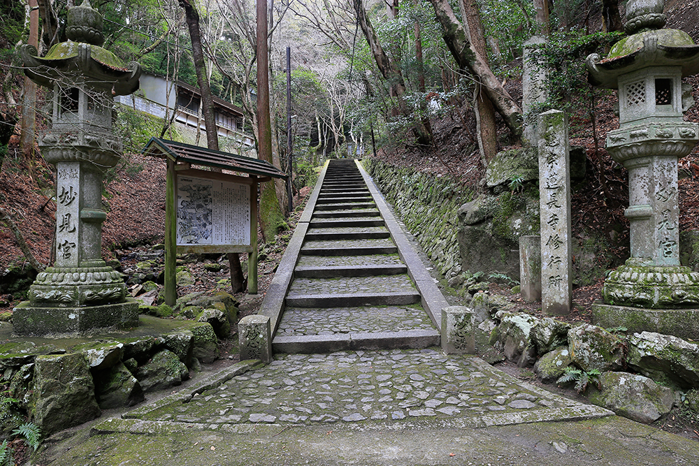 妙見宮。明治42年,龍光院日昭上人により創立された日蓮宗の修行所です。階段を上ってみます。