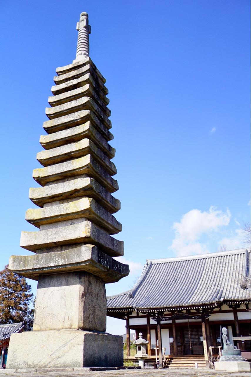 十三重石宝塔と本堂 両方とも鎌倉時代のものです。塔は14.2mあり日本を代表する石塔です。