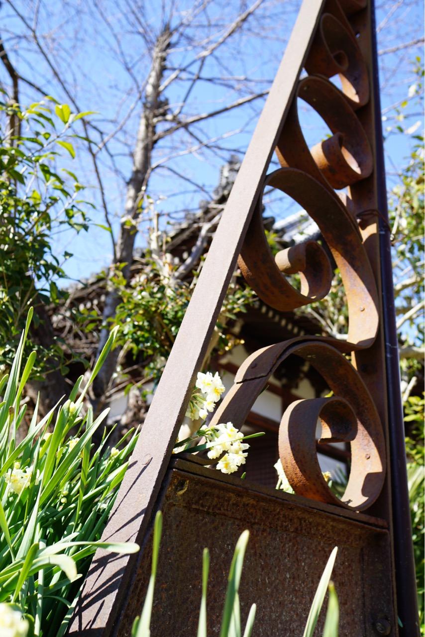 笠塔婆支え金具 唐草模様がとても美しくお寺の雰囲気に妙にマッチしています。