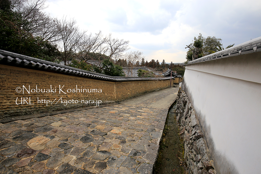 二月堂から東大寺・大仏殿に続く小路。趣きがありますね。