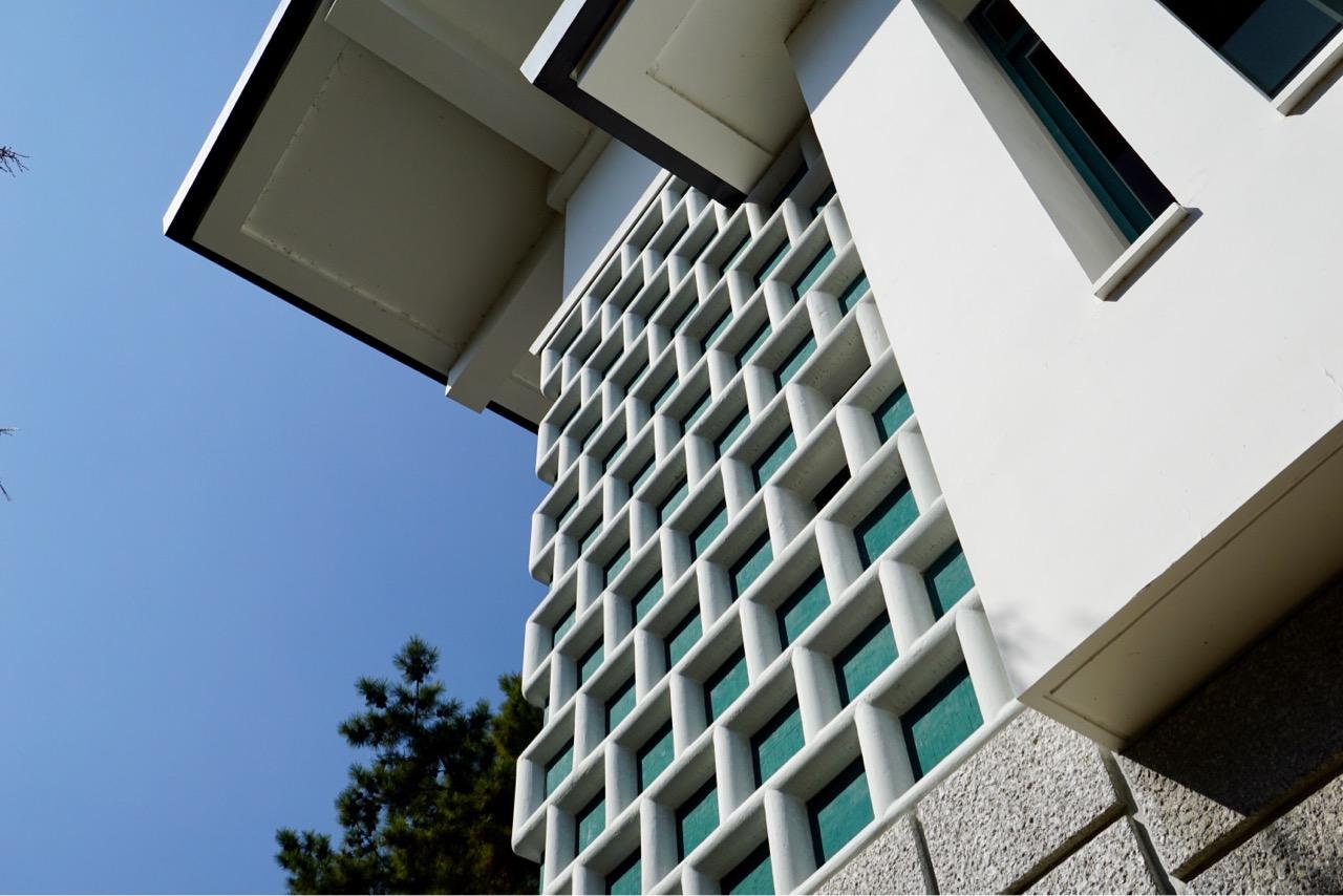 美術館の建物は建築家吉田五十六によるものです。