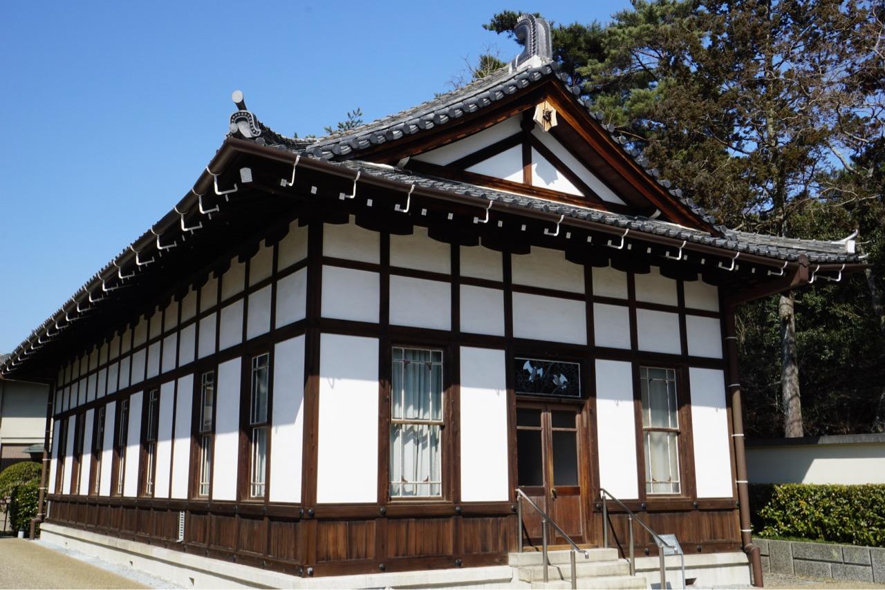 敷地内には辰野金吾によって設計された奈良ホテルラウンジの一部が移築されています。