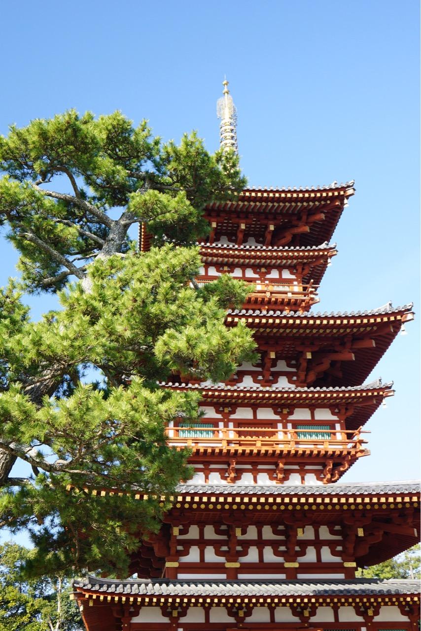 西塔 六重塔に見えますが三重塔です。裳階と言われるものが間につけられています。