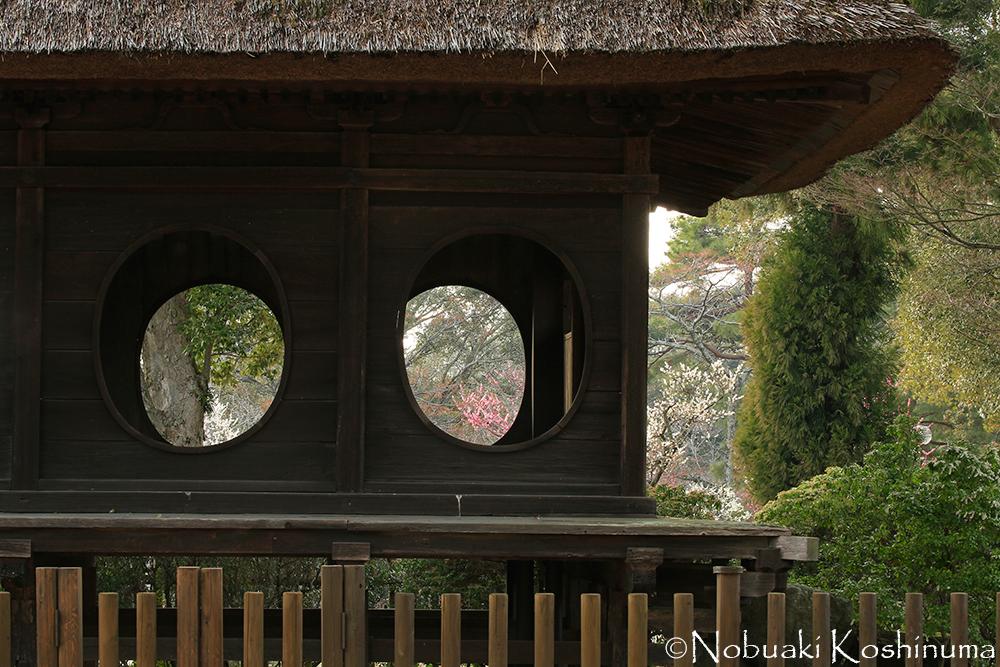 円窓亭。春日大社の経庫を改造したものだそうです。坂を下ると浮見堂があります。
