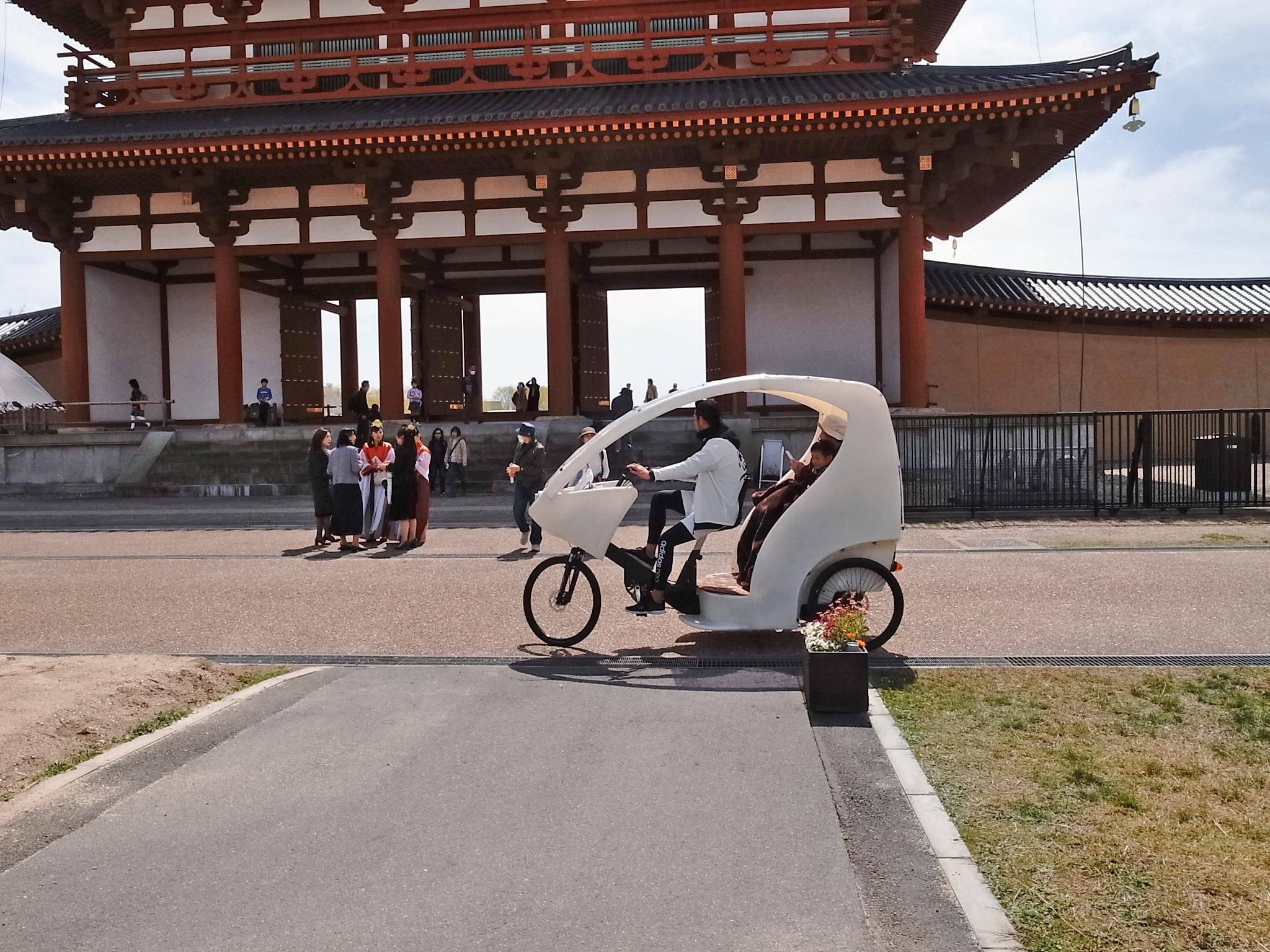 三輪自転車の移動サービス。2名乗れて15分コース500円/台。