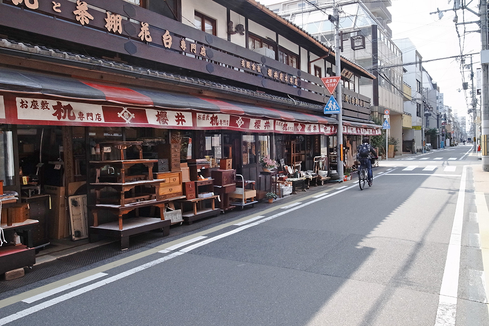 京都御苑から高台寺にまでの道のりには、机の専門店、骨董店も多く、楽しめます。
