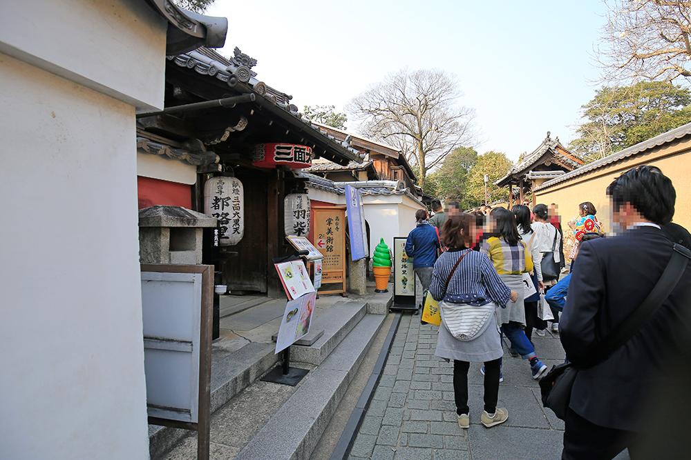 高台寺・掌(しょう)美術館に向かいます。高台寺・台所坂を下りて、ねねの道沿いにあります。(写真左)
