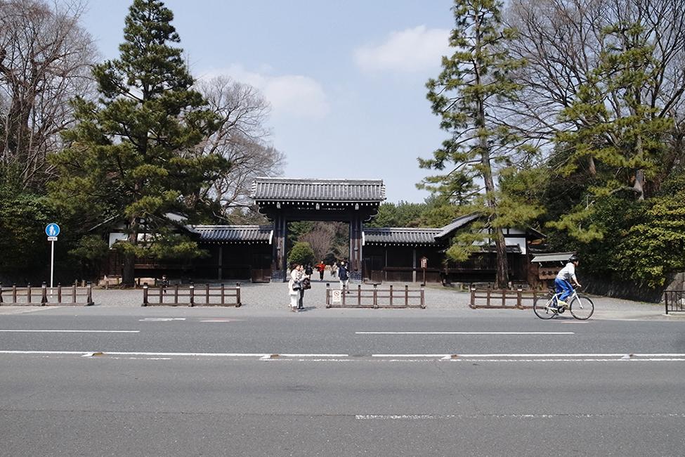 早速、京都御苑の門をくぐります。