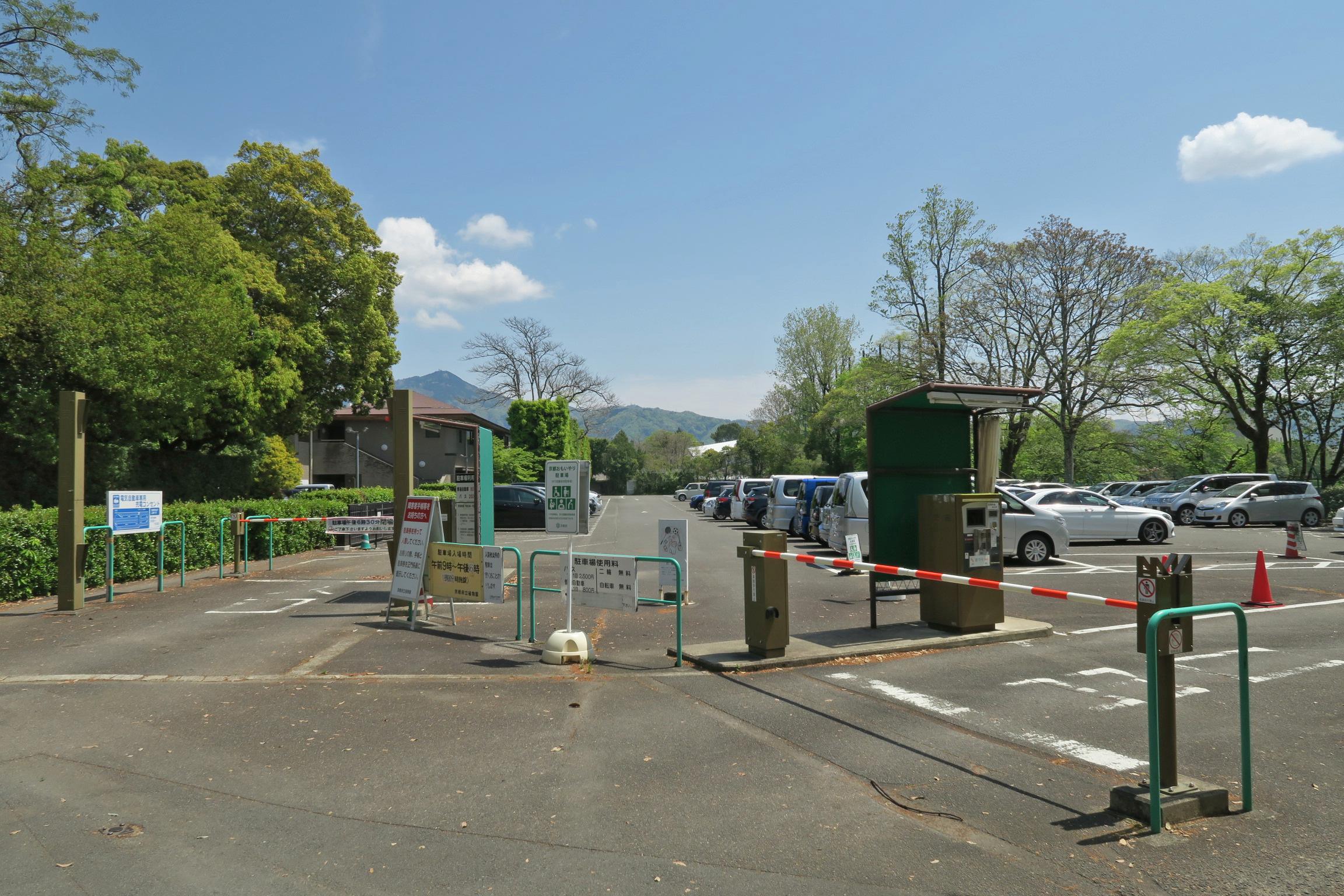 京都府立植物園の横にある駐車場。普通車800円/回で、夕方6時まで。