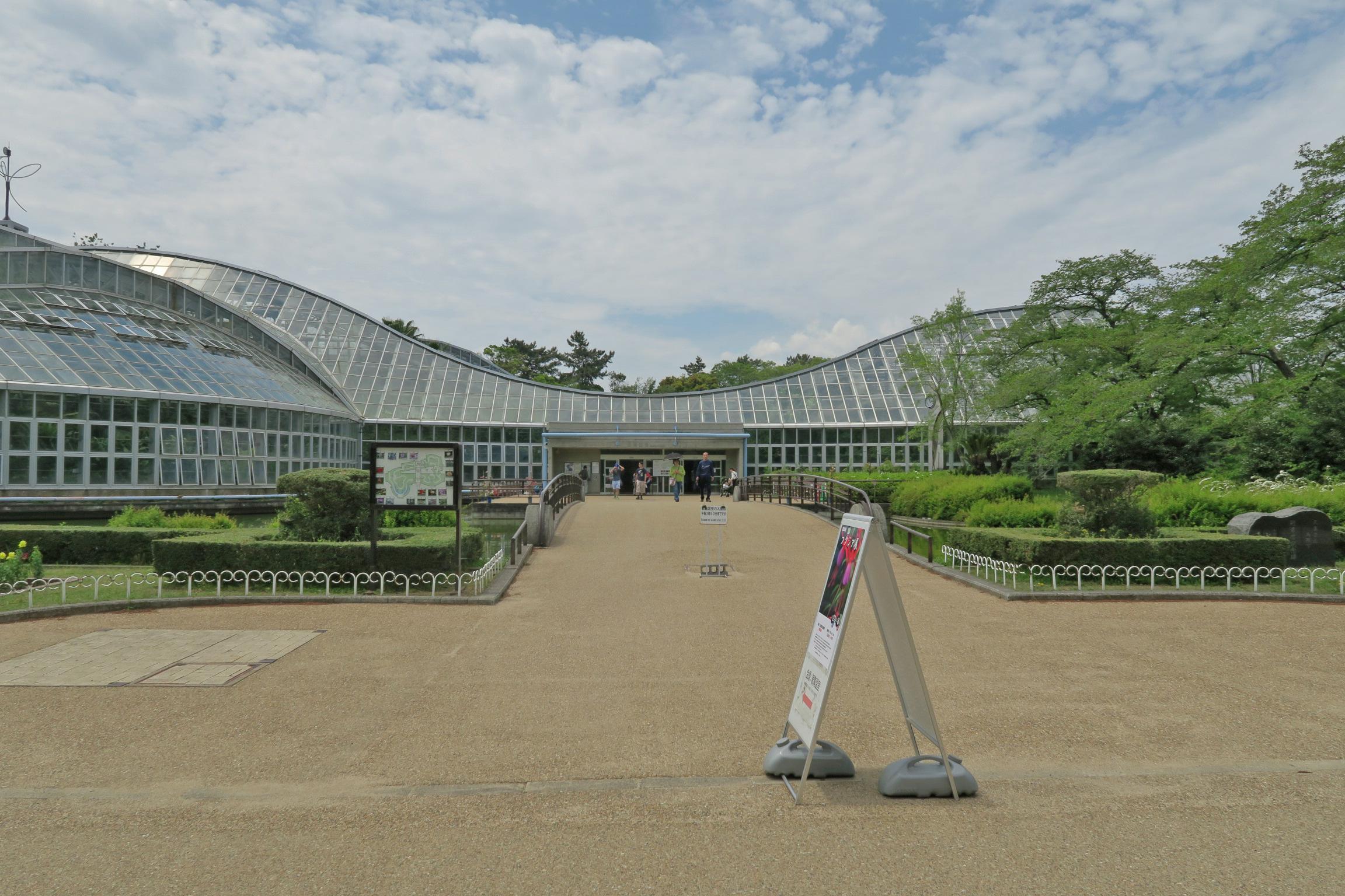 観覧温室の入口。建物の形は北山連峰のシルエットを取り入れているそうです。日本最大級の温室。