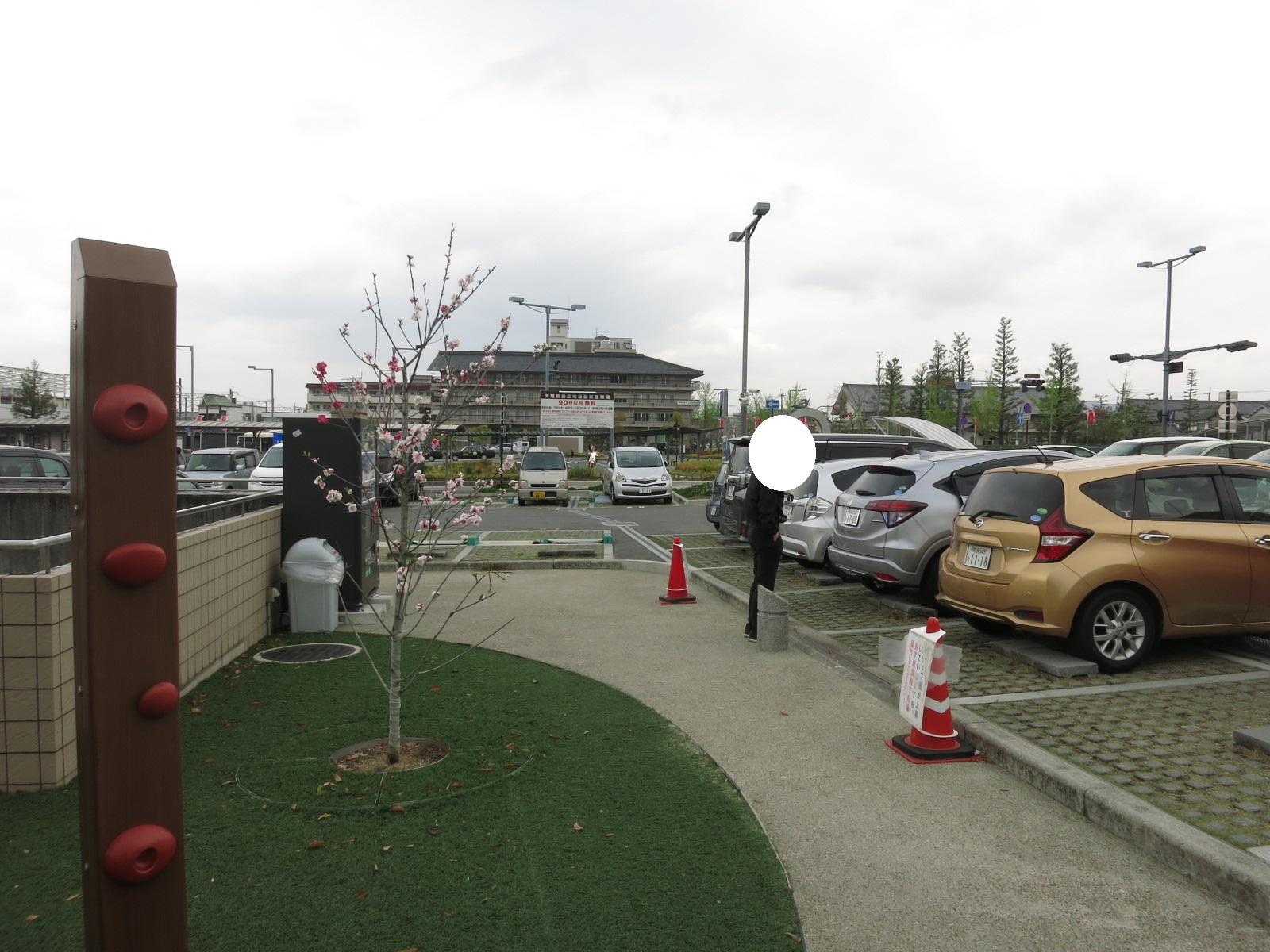 この遊具のすぐ隣には駐車場もあります。