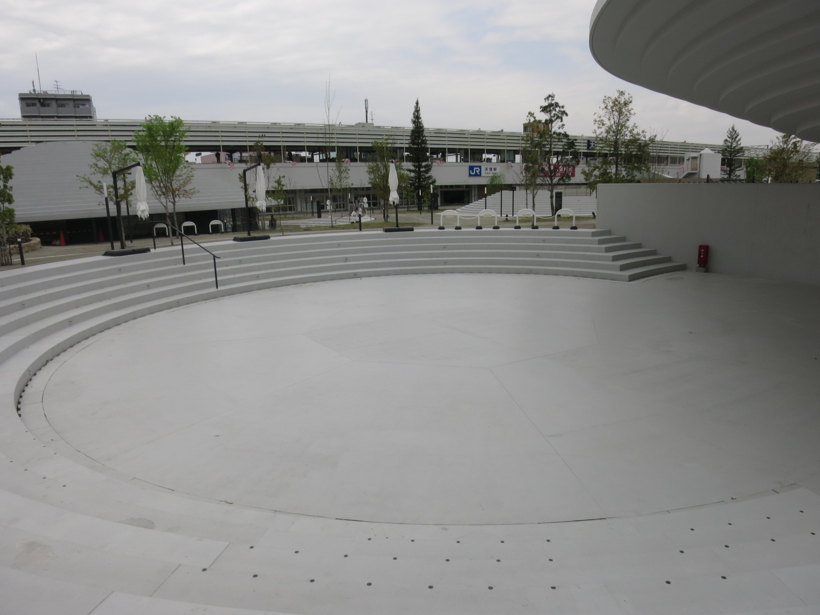 音楽や文化イベントのためのステージもありました。