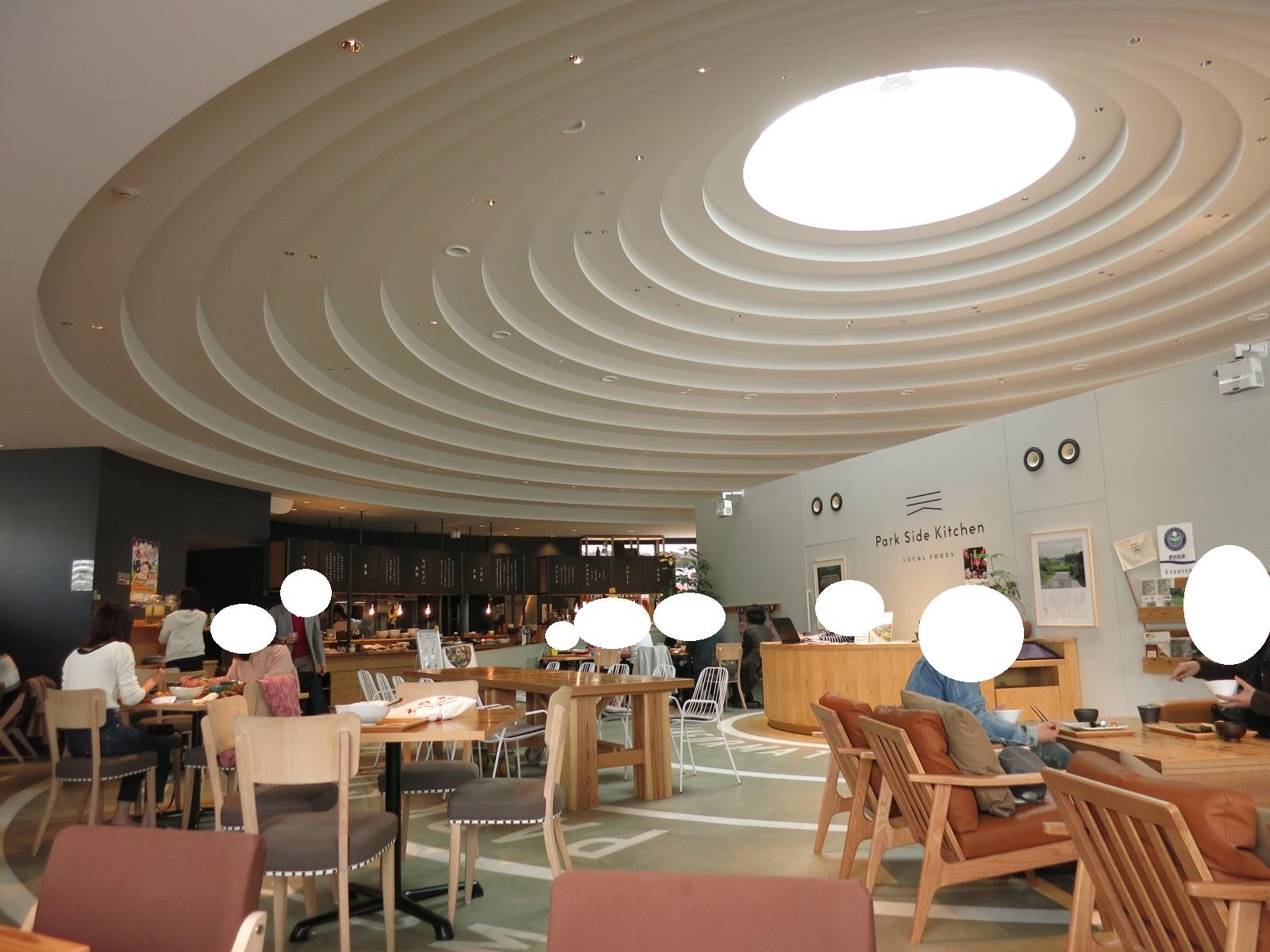 開放的な空間に個性的な天井、明るい店内が印象的でした。