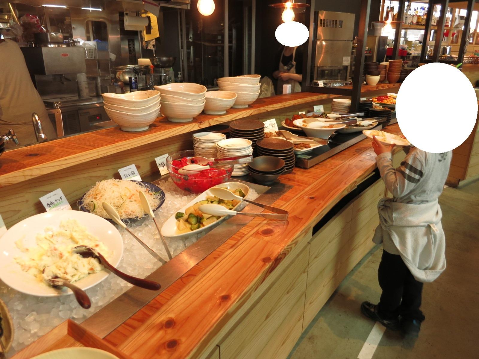 地元食材を使った惣菜など、どれも美味しそう!ブッフェ式なのでお代わり自由なのも嬉しいですね。