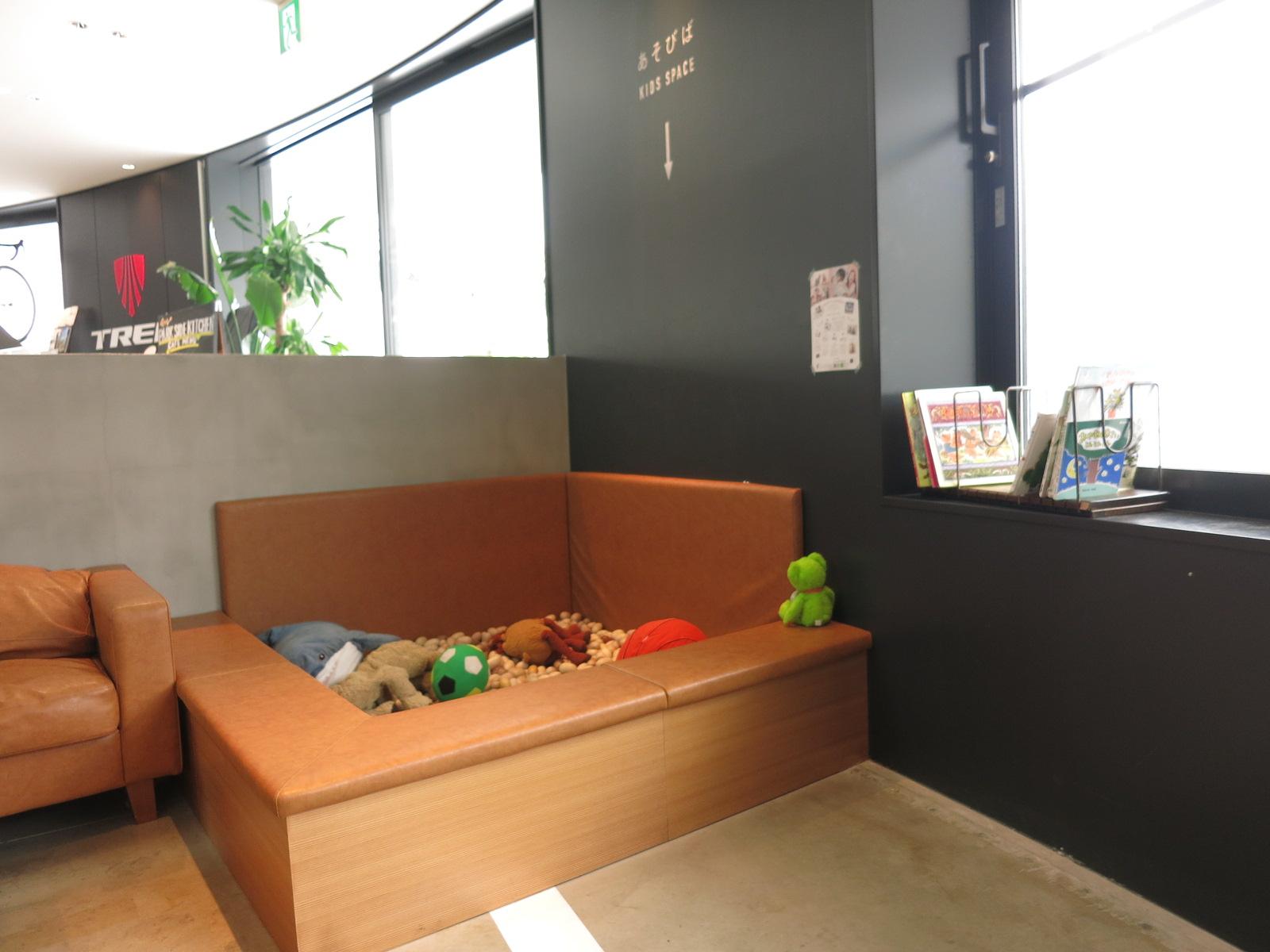 カフェ内には小さな子どもの遊べるスペースもありました。